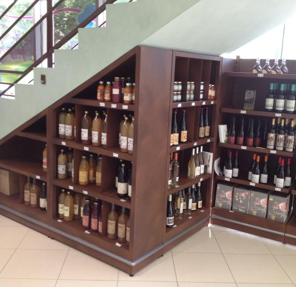 terroir - meuble liquides et jus sur mesure sous un escalier
