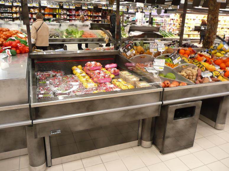 fresh coupe intégrée a un présentoir table fruits et légumes central