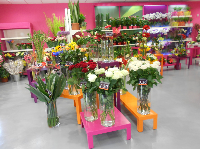 sellettes et tables gigognes fleuristes multicolores