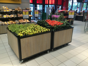 Table d'animation fruits et légumes a roues, avec placage bois