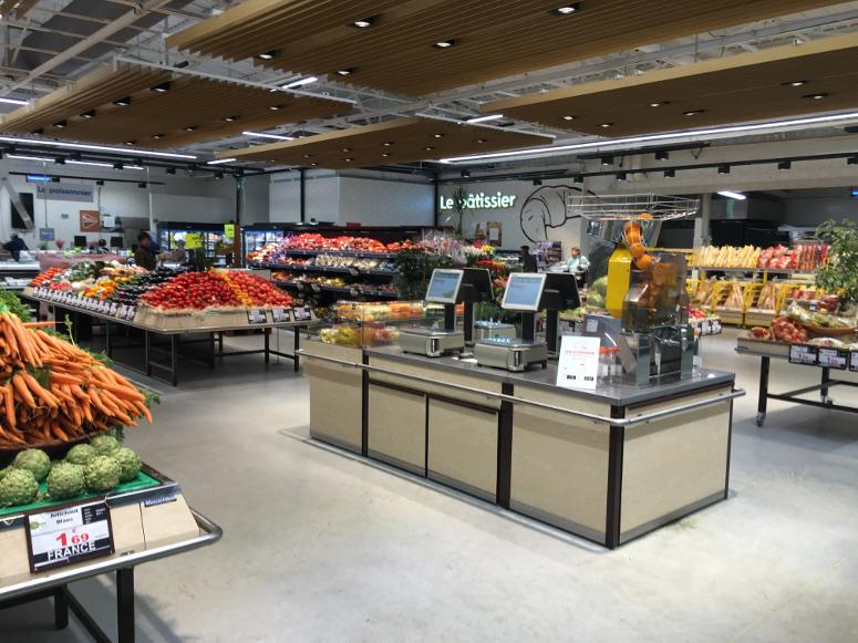 comptoir de pesée beige en ilot central fruits et légumes