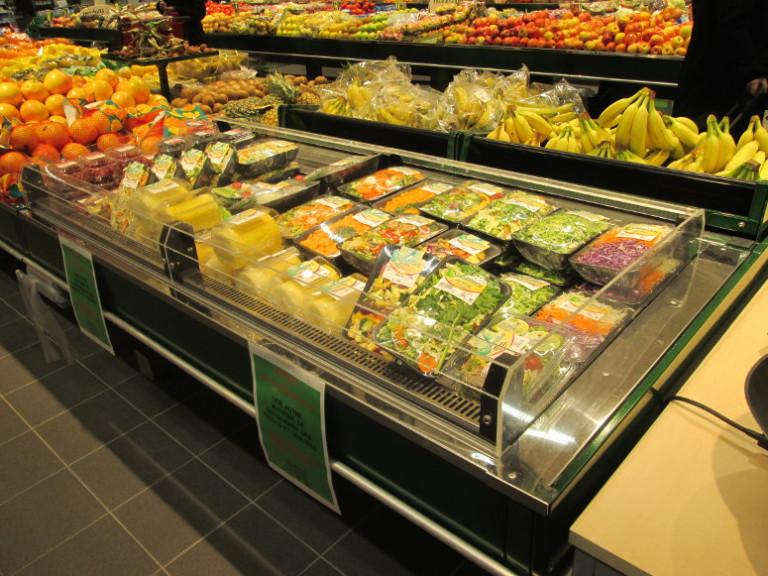 fresh coupe intégrée dans un présentoir central fruits et légumes